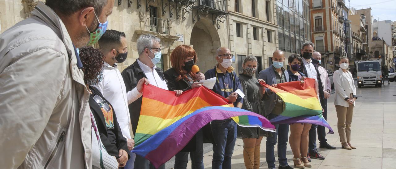 Protesta ante el Ayuntamiento de Alicante tras la agresión homófoba a un hombre en el Tossal.