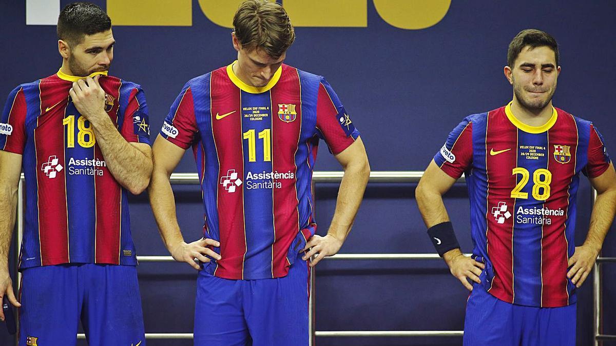 Los jugadores del Barcelona, tras la derrota contra el Kiel. |  // REUTERS