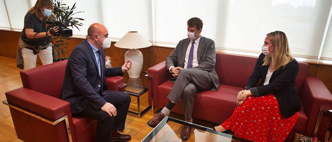 El presidente del Consell, el embajador británico y la vicecónsul de Balears, Lucy Gorman, en el despacho presidencial. | VICENT MARÍ