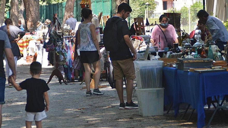 El mercat dels brocanters de Castelló d'Empúries torna a la plaça Joan Alsina