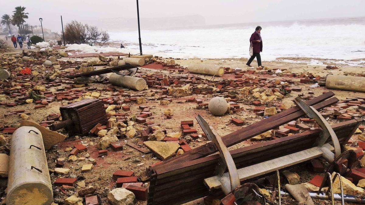 El temporal Gloria azotó a finales de Enero la Comunidad Valenciana dejando un litoral gravemente afectado. En este caso el paseo marítimo de Dénia aparece lleno de escombros tras el paso de la tormenta