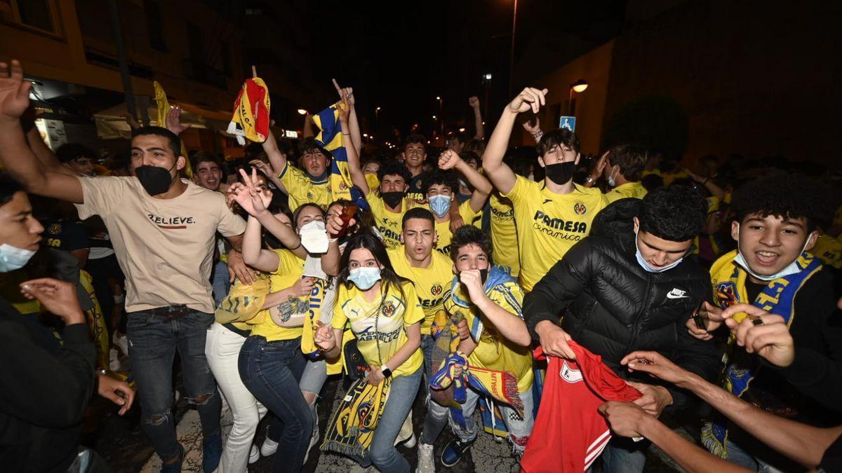 Imatges de Vila-real celebrant el seu primer títol en una nit històrica.