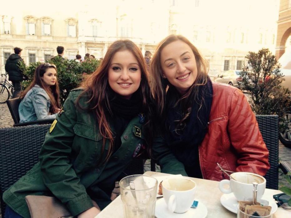 Durante su estancia en Italia se reencuentra con Cristina Sánchez, fallera mayor infantil de València de 2006.