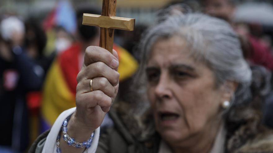 Entre protestas y curiosos: así se vivieron los Premios a las puertas del Campoamor