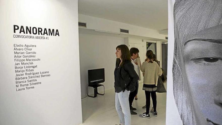 La galería Fran Reus le da la vuelta al concepto 'happy hour' en una colectiva