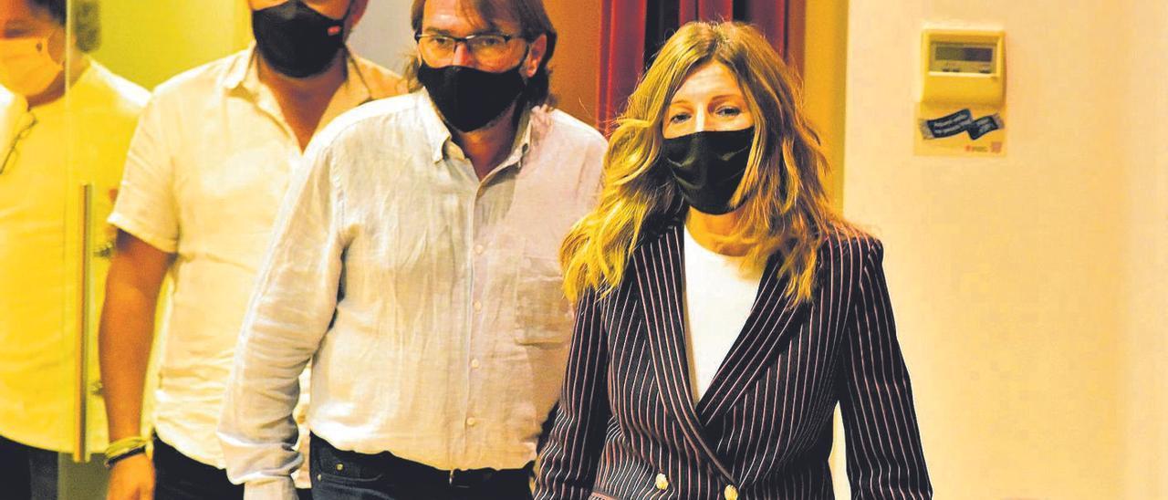 La ministra de Trabajo con representantes sindicales en una imagen de archivo.