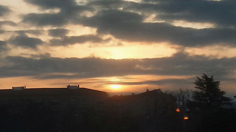 Cel terrós i núvols que no deixen sortir el sol a Manresa.