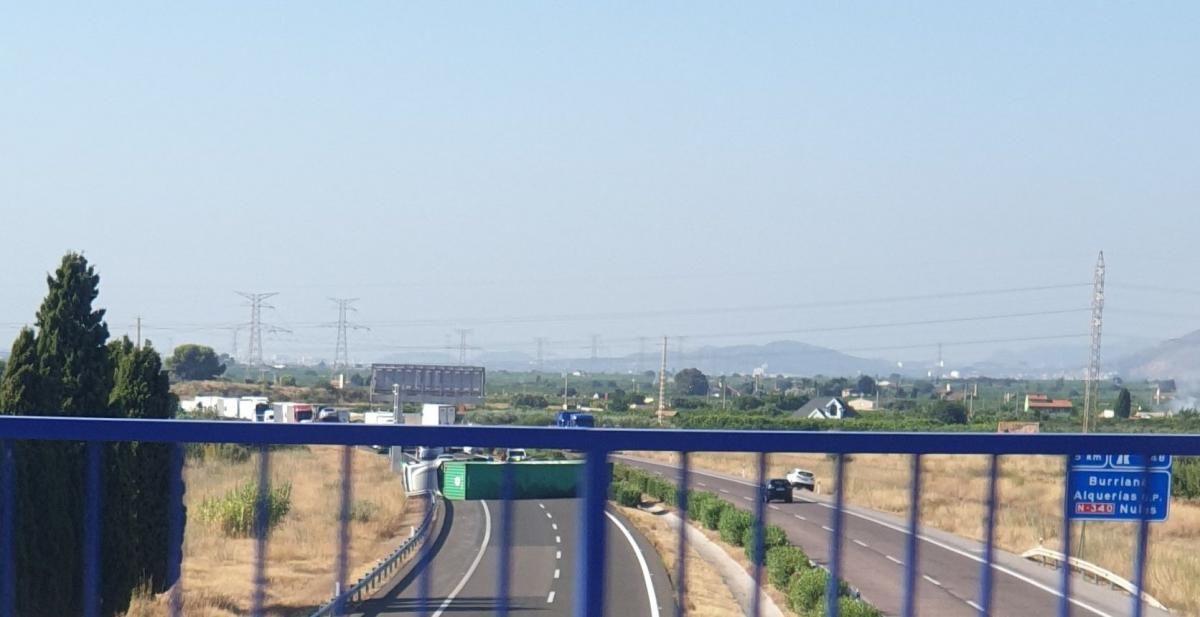 Colas en la AP-7 tras volcar un camión a la altura de Vila-real