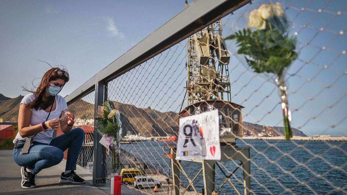 Una mujer deja un recuerdo para Olivia y Anna en el puerto de Santa Cruz de Tenerife.