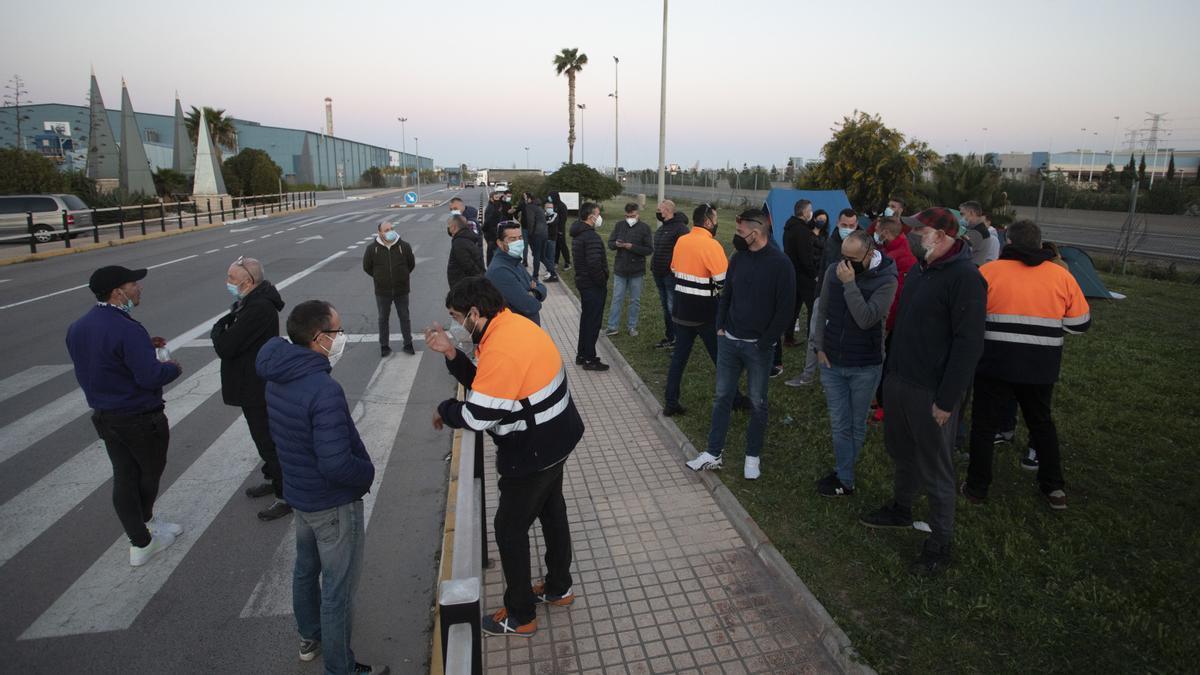 Trabajadores, a las puertas de la fábrica