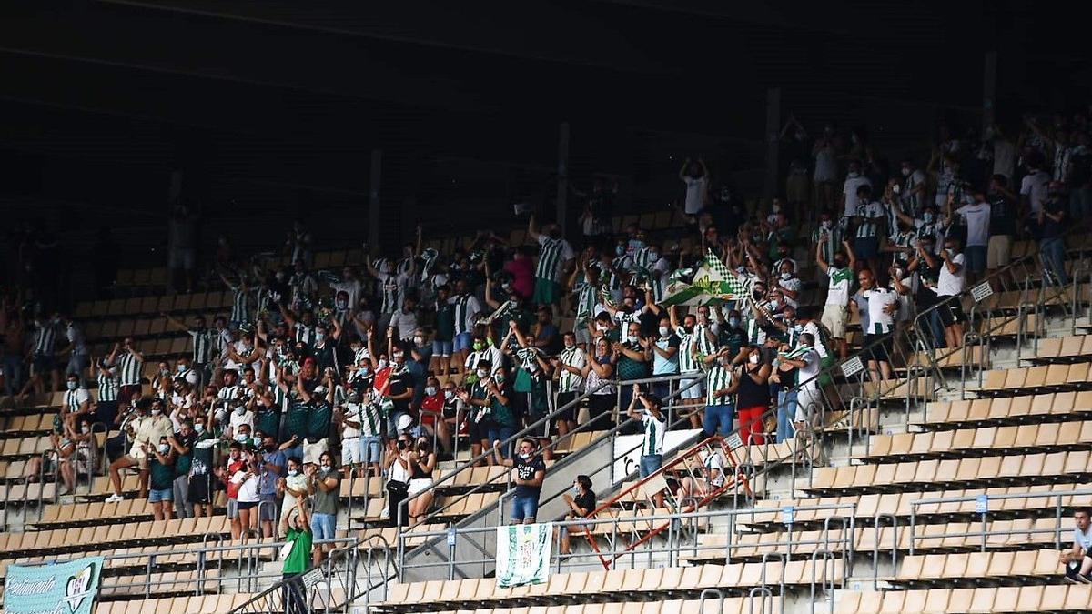 Aficionados del Córdoba CF en Chapín, en el primer partido de la temporada.