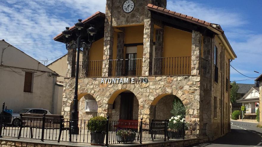 Roban las banderas del Ayuntamiento de Ferreras de Arriba
