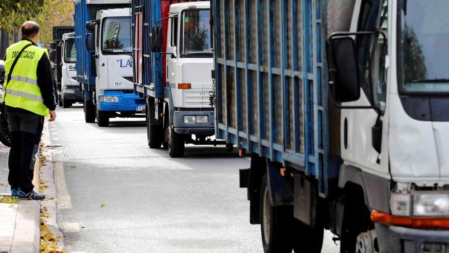 """Ganaderos de bous al carrer protestan con camiones por el """"abandono"""" del Consell"""