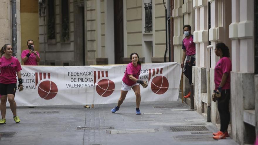 Les dones prenen el centre de València per a jugar a pilota