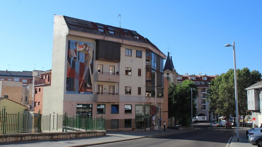 Zamora rinde homenaje con un mural a la artista toresana Delhy Tejero