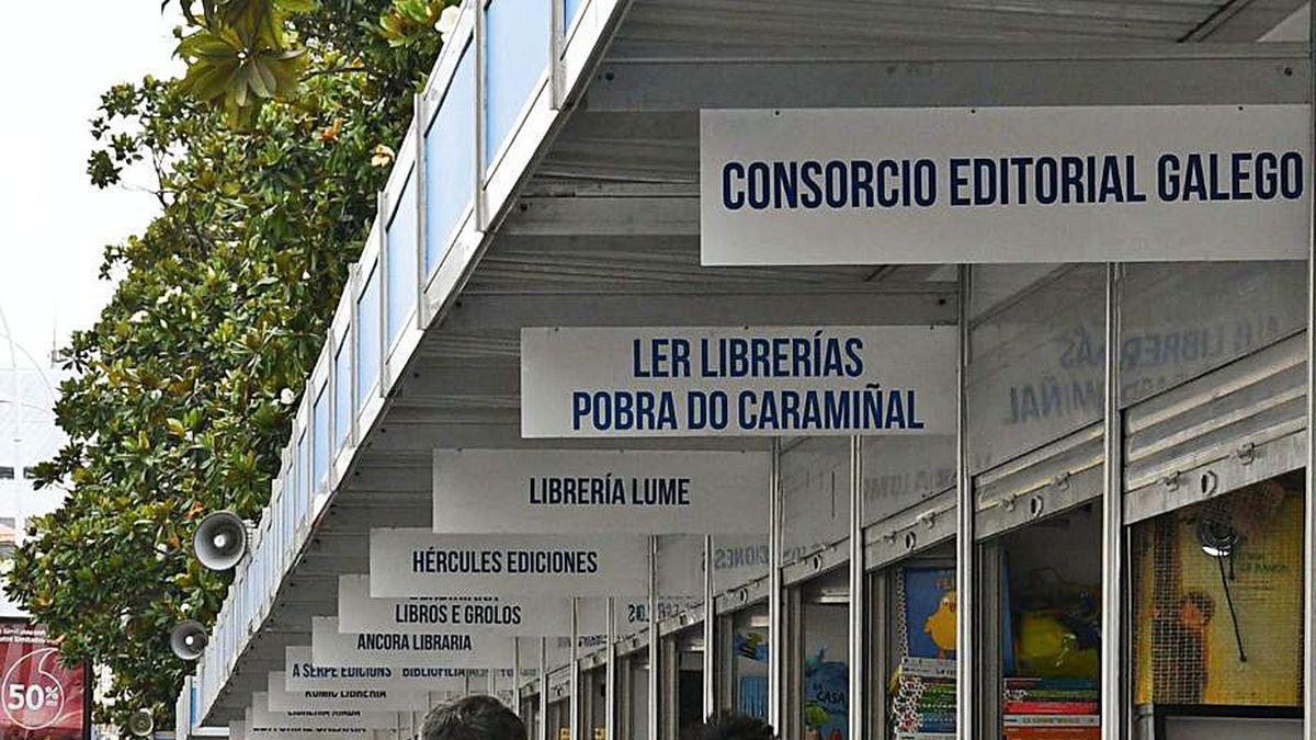 Público junto a casetas en la Feria del Libro de 2019.