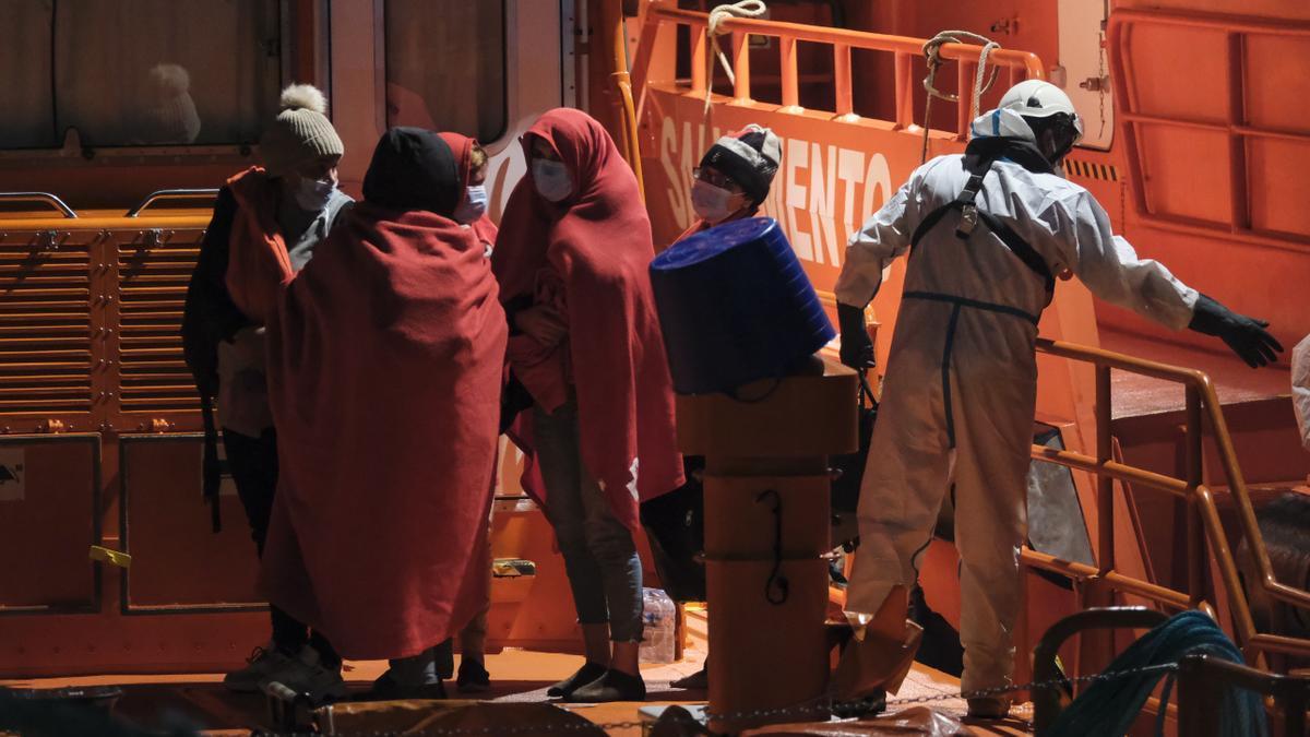Migrantes rescatados llegan al muelle de Arguineguín.