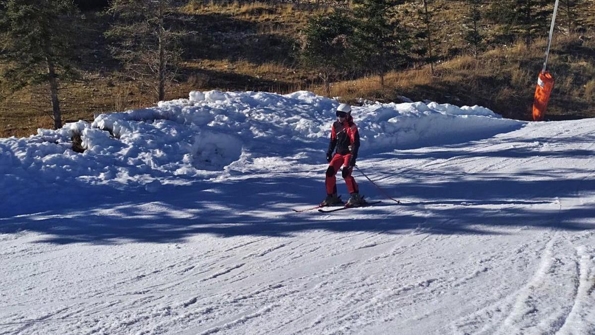 Una persona esquia en solitari a l'estació d'esquí del Port del Comte