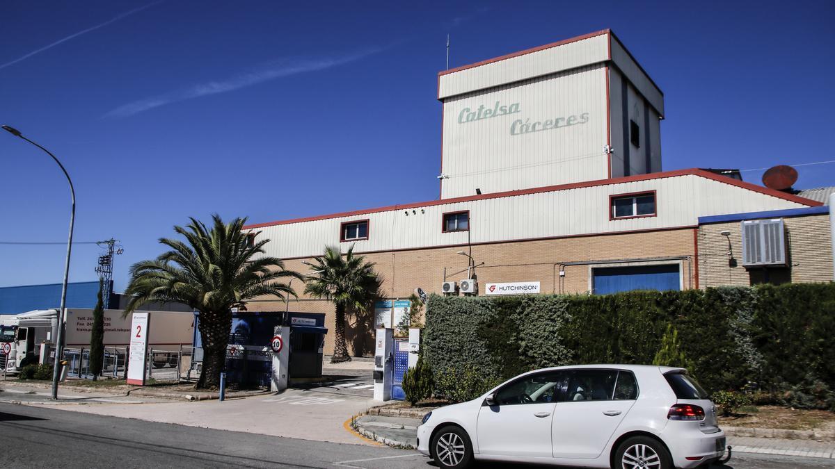 Exteriores de la planta cacereña de Catelsa, ayer.