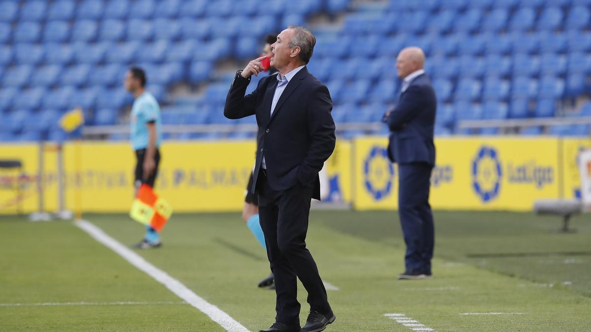 Juan Ignacio Martínez da instrucciones en el partido ante Las Palmas.