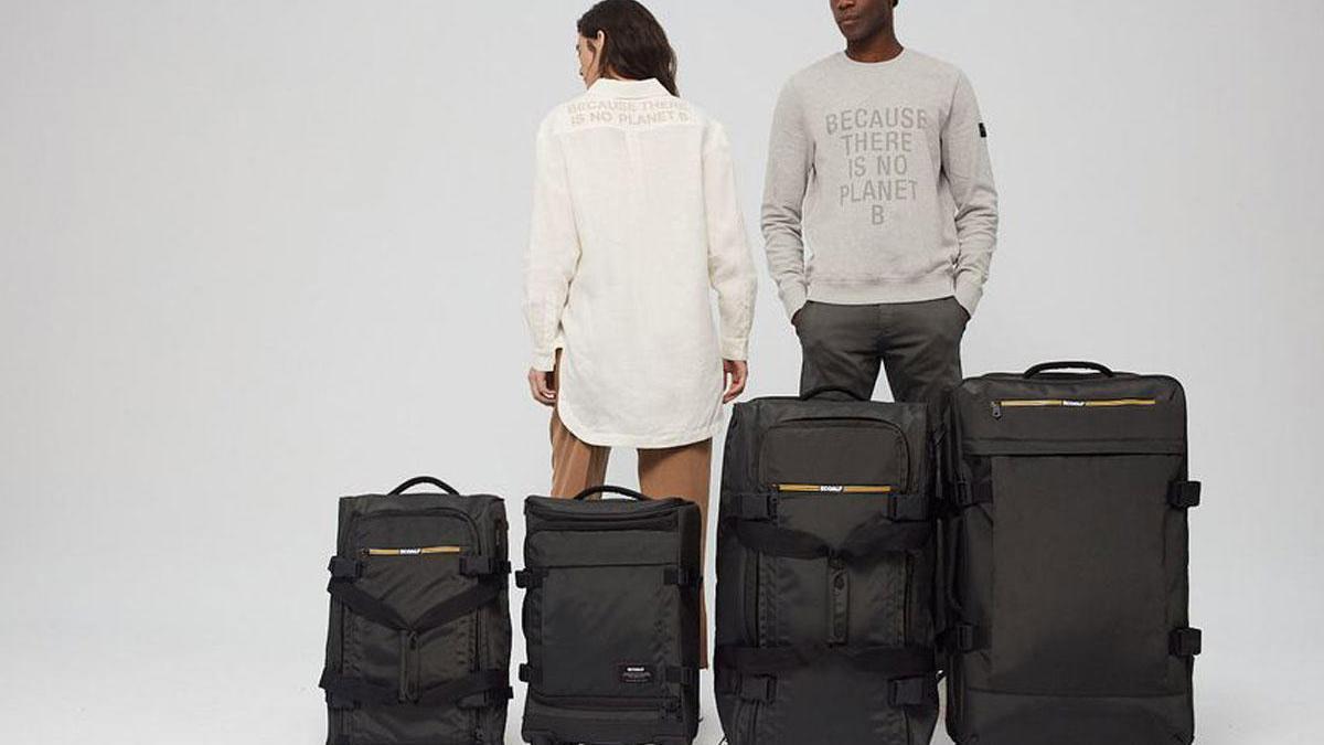 Modelos junto a maletas fabricadas con material reciclado.