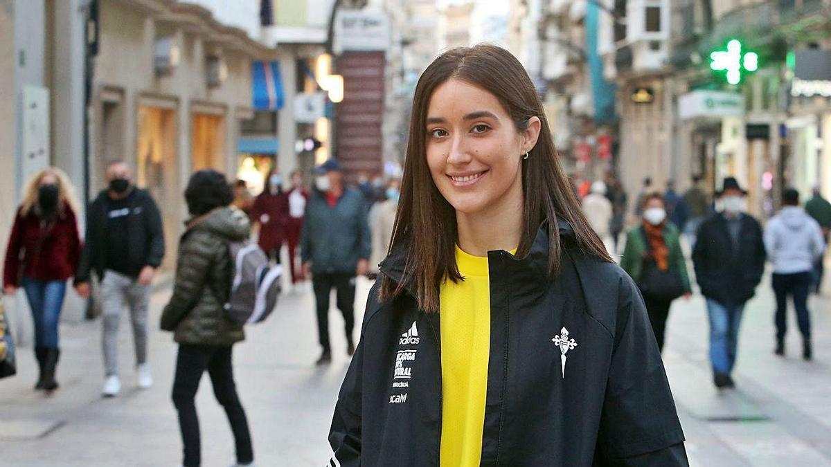 Laura Centoira, este lunes en Príncipe, delante de la sede céltica.