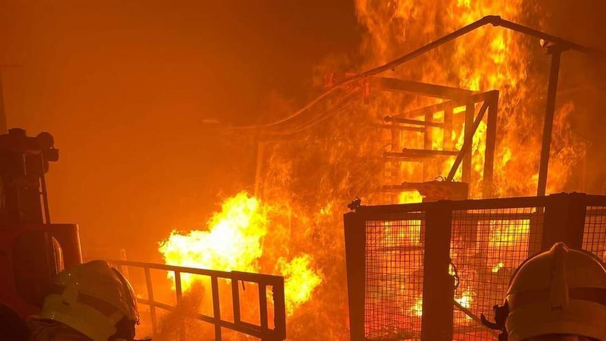 Sofocan un virulento incendio industrial originado en un depósito de 40.000 litros de aceite en Alicante