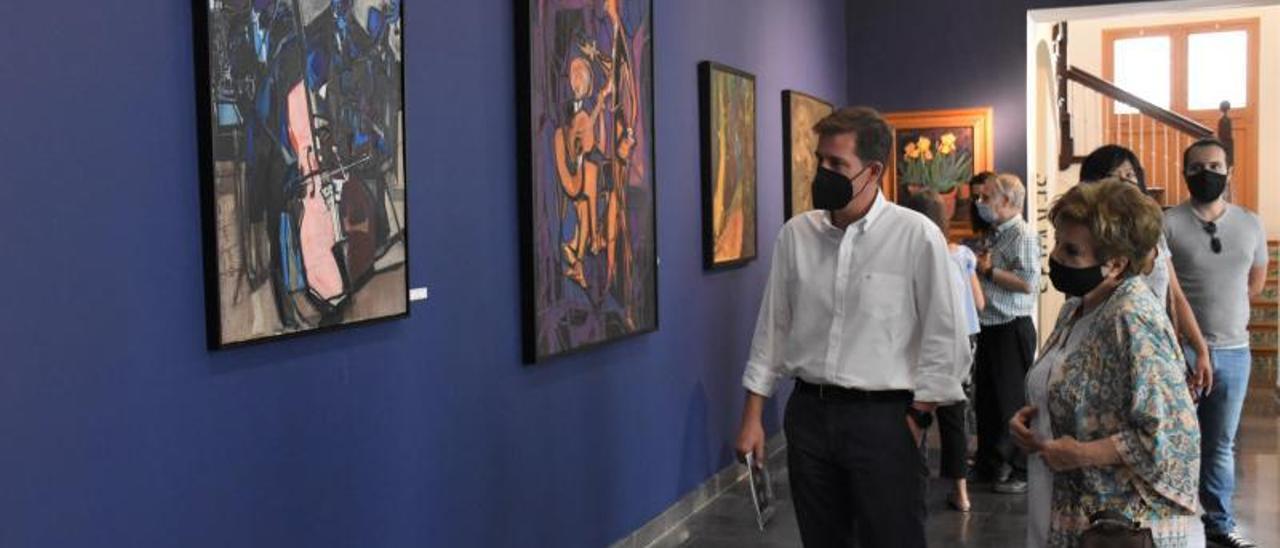 Cerdà y la viuda de Juan Francés, en la exposición, ayer. | LEVANTE-EMV