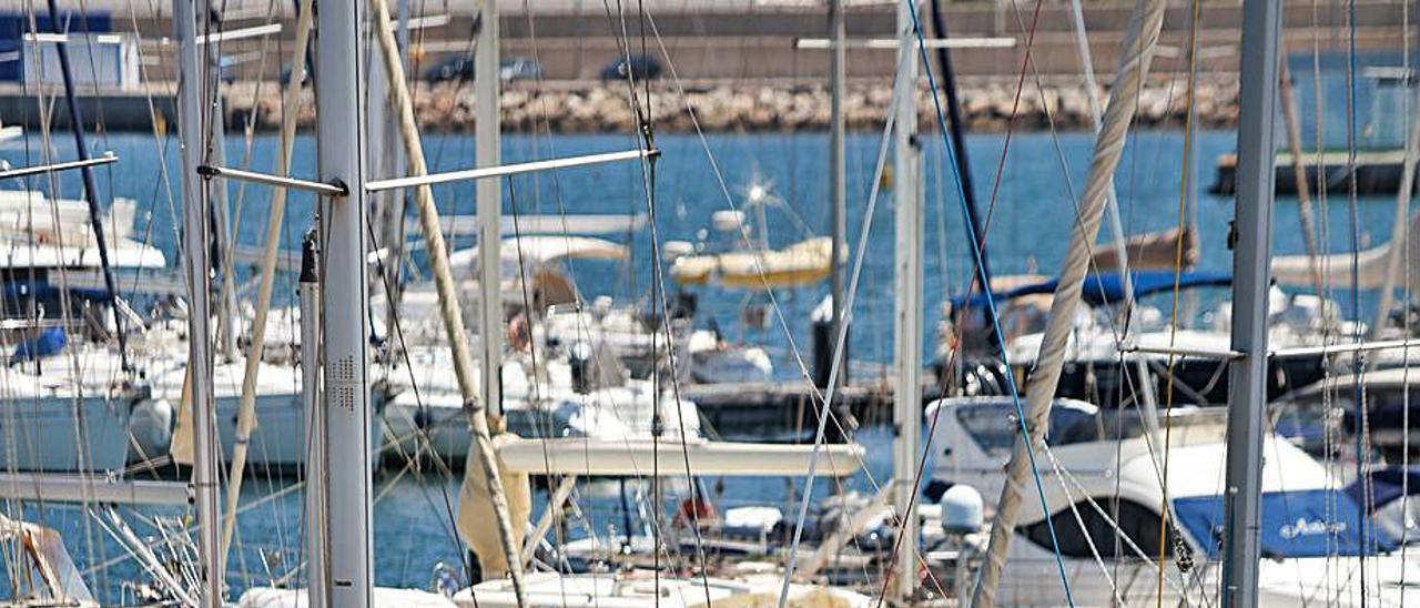 Embarcaciones en la Marina de València. | EDUARDO RIPOLL
