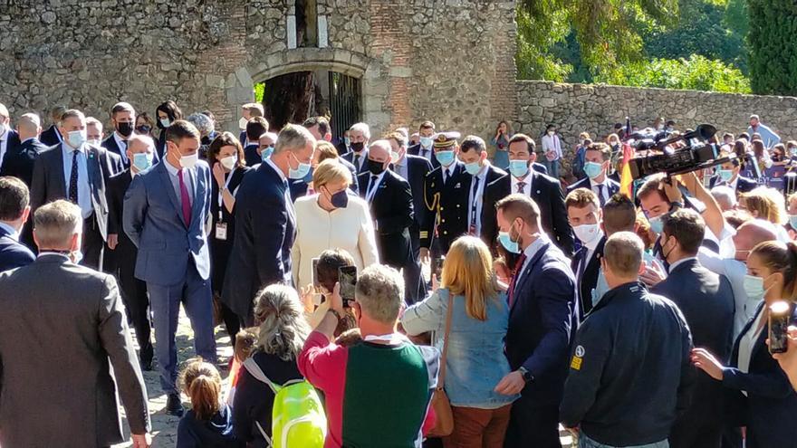 El rey Felipe VI, Pedro Sánchez y Angela Merkel saludan a los niños del colegio Jerónimos de Cuacos de Yuste