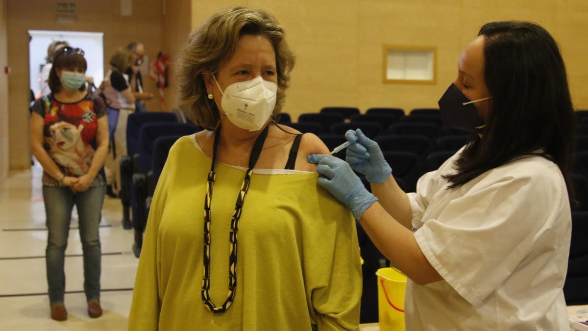 Una mujer siendo vacunada contra el coronavirus en Córdoba.