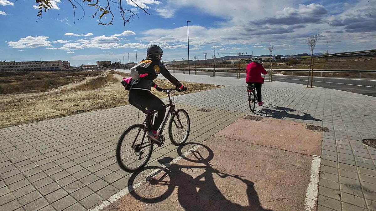 Acera bici que no continúa en el nuevo tramo de Vía Parque, entre el PAU 1 y Ciudad de Asís.