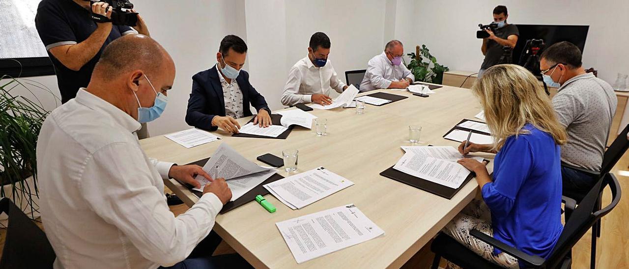 El presidente del Consell firma el convenio junto a los alcaldes de los cinco municipios.