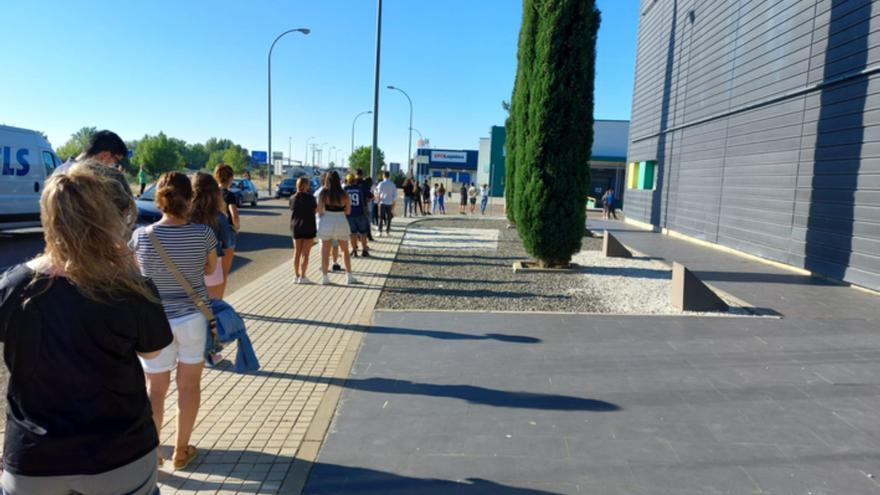 """Los jóvenes acuden """"con ganas"""" a vacunarse contra el COVID en Benavente"""