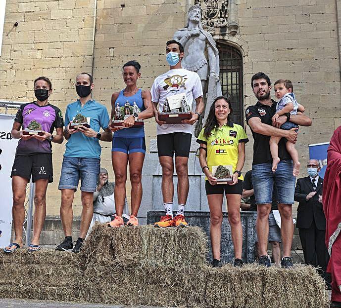 Los ganadores de las categorías absolutas masculina y femenina del Trail, en la entrega de premios.   Irma Collín