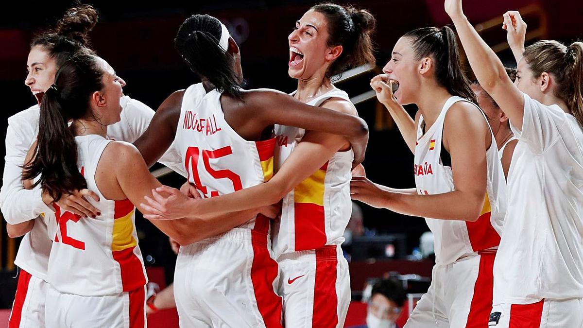 Las españolas se abrazan para celebrar la victoria ante Serbia. |  // EFE