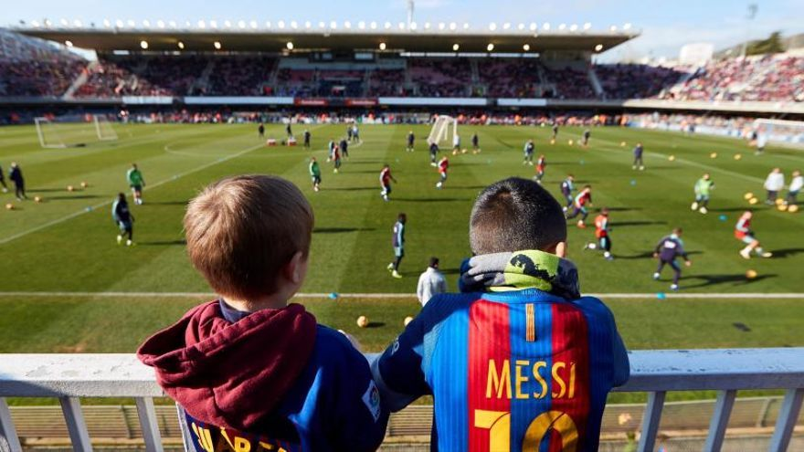 Més d'11.000 aficionats gaudeixen de l'entrenament del Barça al Miniestadi
