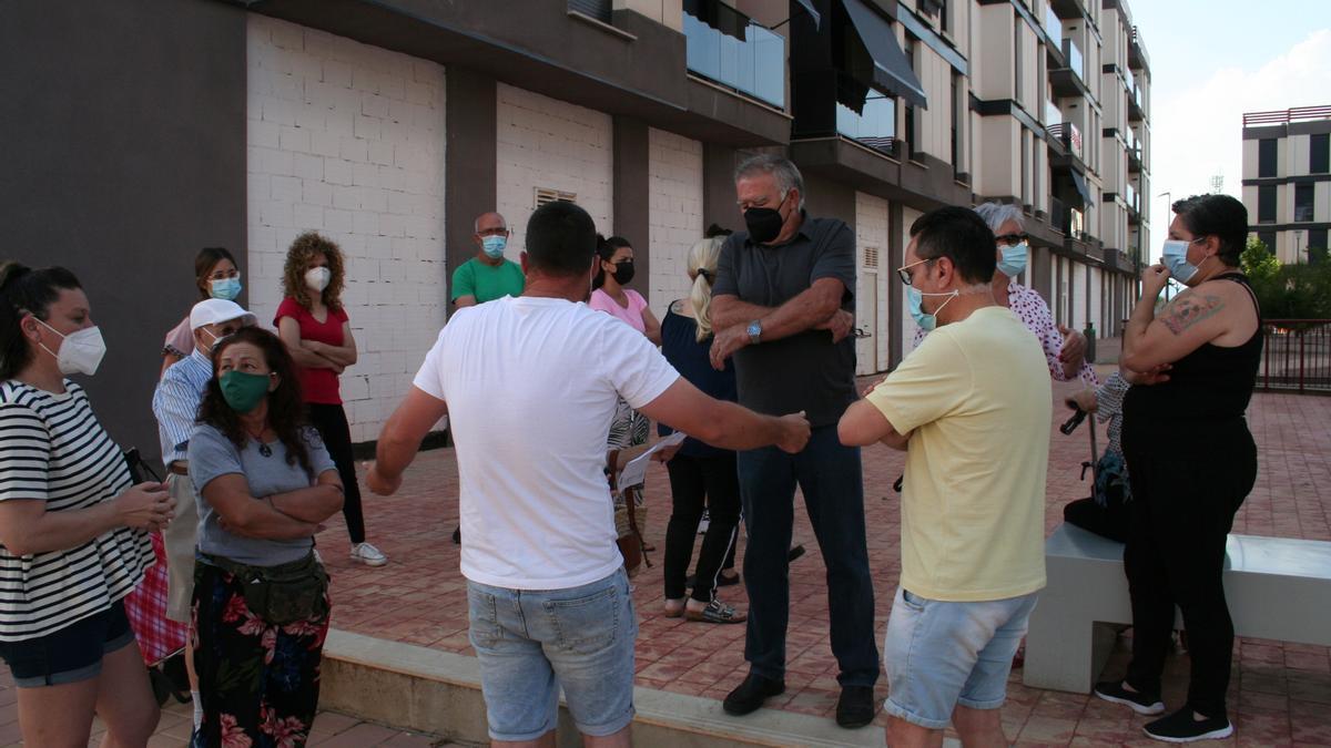 Vecinos de San Fernando concentrados hoy en la plaza del barrio.