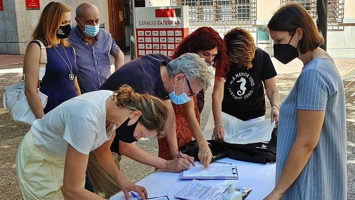 La recogida de firmas se llevó a cabo ayer en Murcia y en varios puntos de toda España.   L.O.