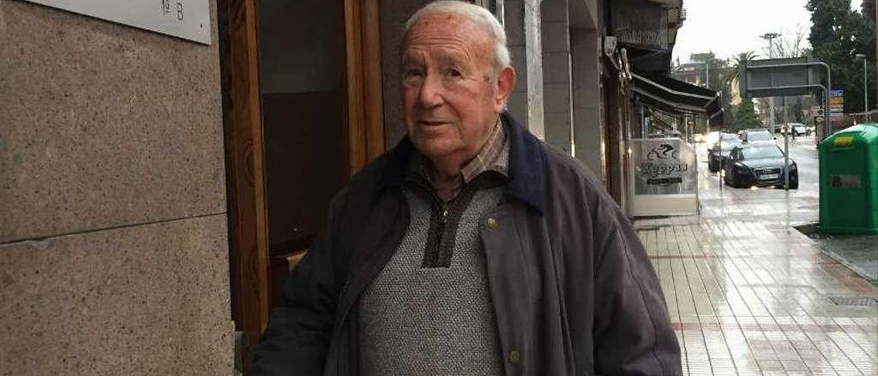 Francisco González Aréchaga, ayer, delante del cartel de su consulta en casa.