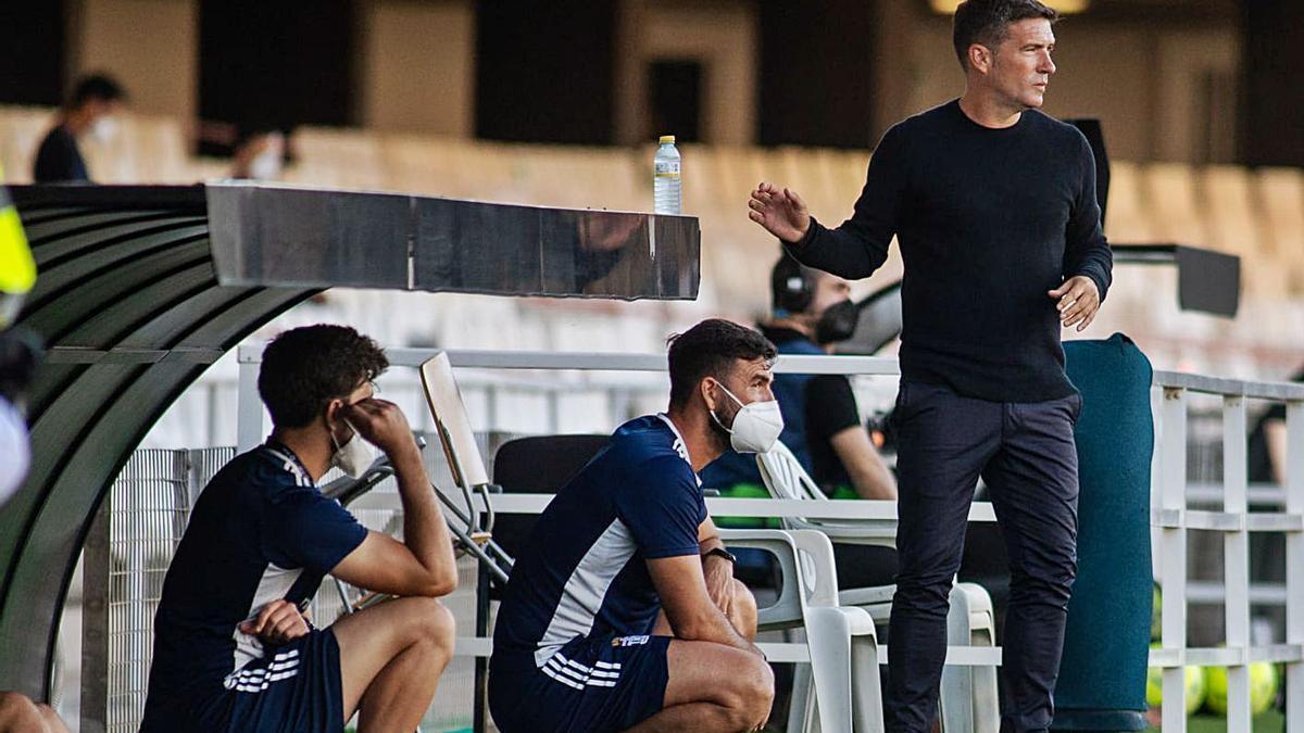 Luis Carrión da instrucciones en un partido en el Cartagonova. | PRENSA FC CARTAGENA