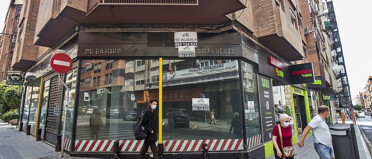 Local disponible en la esquina entre Pintor Cabrera y Serrano, dos de las calles próximas a Maisonnave más buscadas para implantarse. | HÉCTOR FUENTES