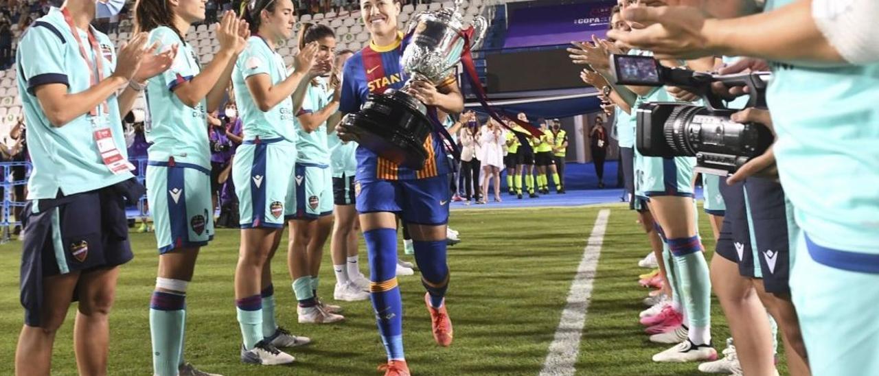 Las jugadoras del Levante hacen el pasillo a Vicky Losada.