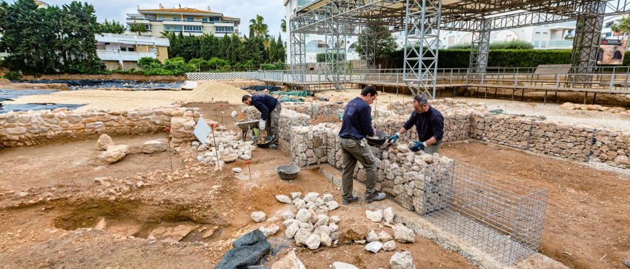 Algunos de los operarios trabajando, ayer, en la excavación de la Villa Romana de l'Albir, en l'Alfàs del Pi.