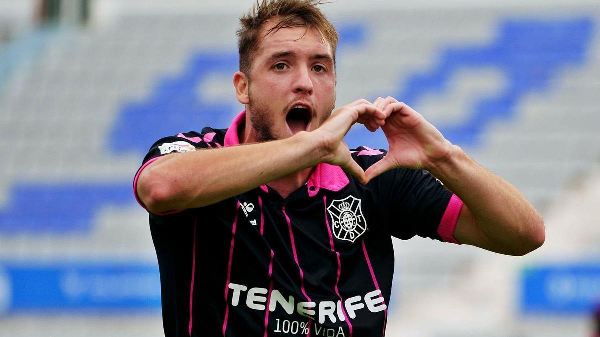 Vada festeja uno de dos goles que le marcó el CD Tenerife al Sabadell en el partido de ayer.