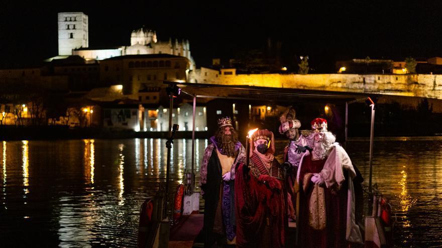 Los Reyes Magos llegan a Zamora... ¡en la barcaza del Duero!