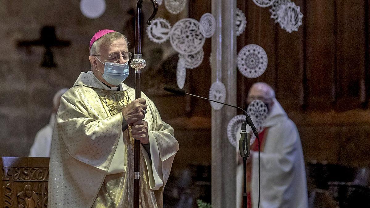 El obispo de Mallorca, Sebastià Taltavull, ha conseguido convencer al Govern sobre su polémica inmunización.