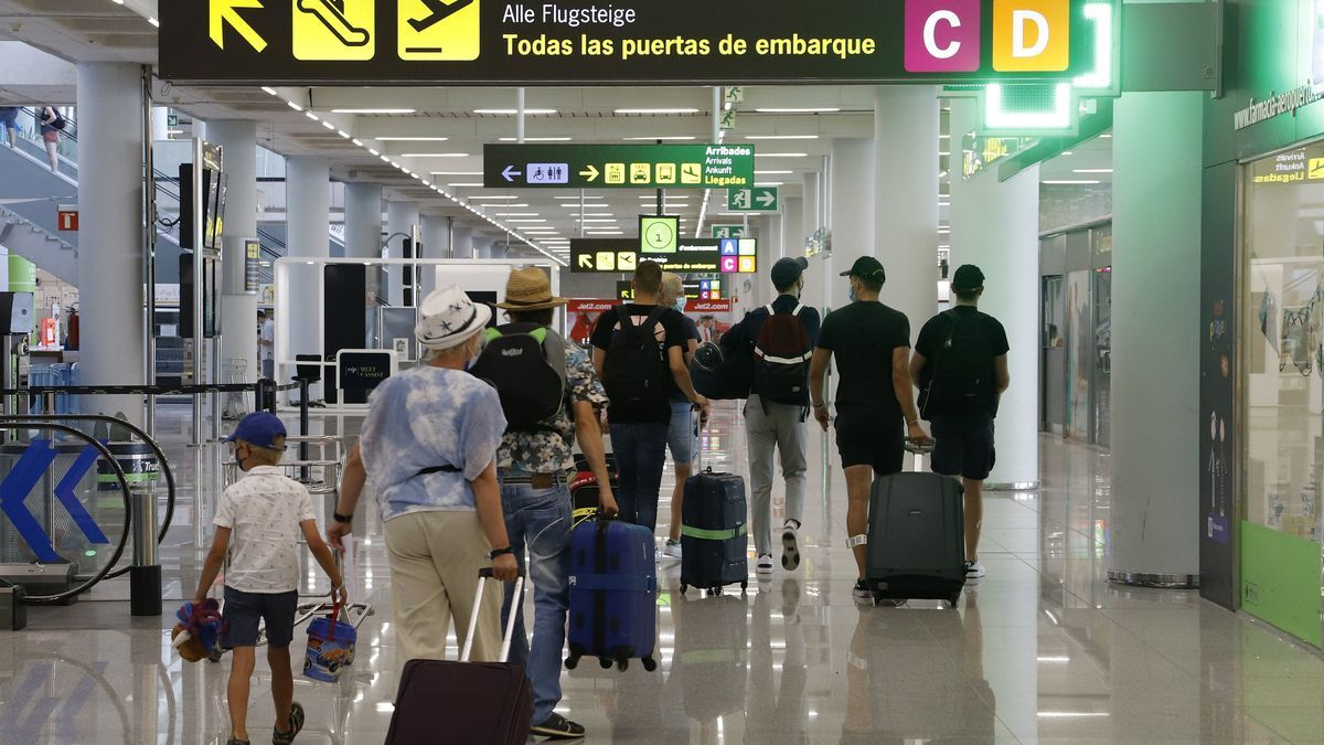 Pasajeros en el aeropuerto del Prat.