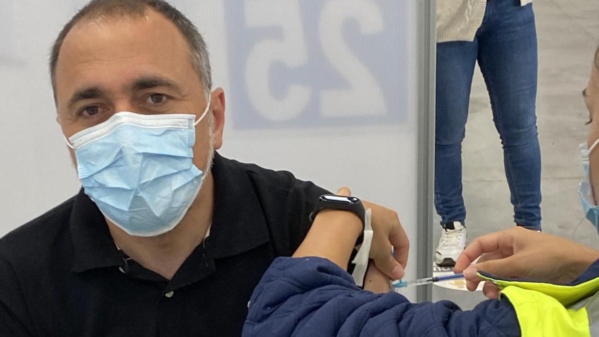 O conselleiro de Sanidade, Julio García Comesaña, recibe no Ifevi de Vigo a segunda dose da vacina contra a covid-19