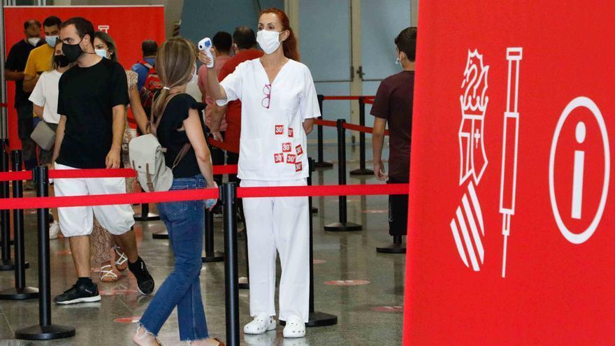 El 57% de los casos de coronavirus asociados a brotes son en adolescentes y treintañeros
